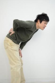 ぎっくり腰で体がほとんど曲げられず来院した50代男性
